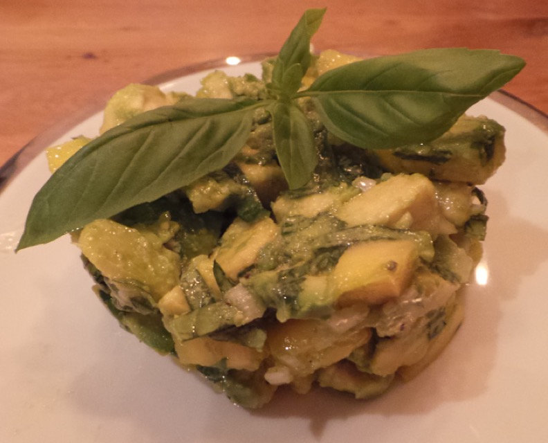 Ensalada de aguacate, mango yalbahaca