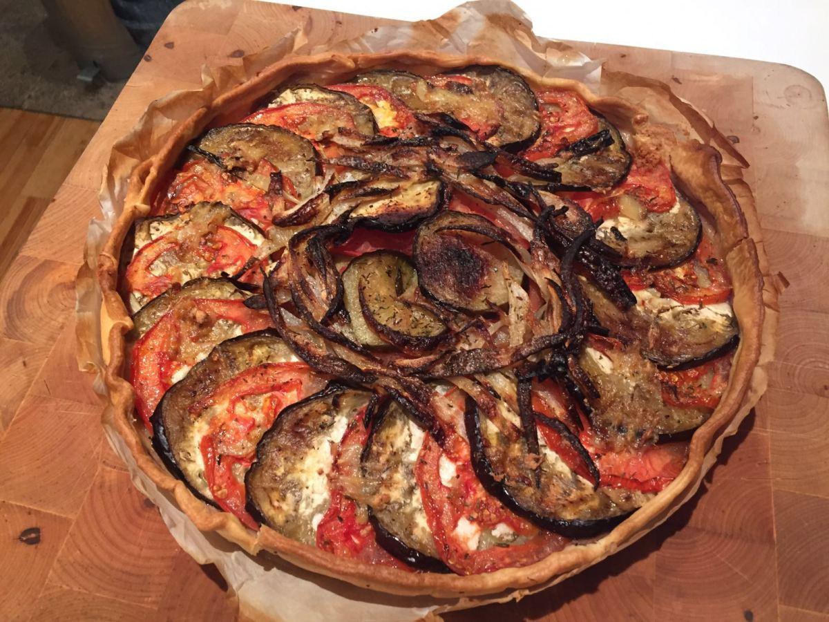 Tarta de verduras con queso de cabra y aceite de ajosconfitados