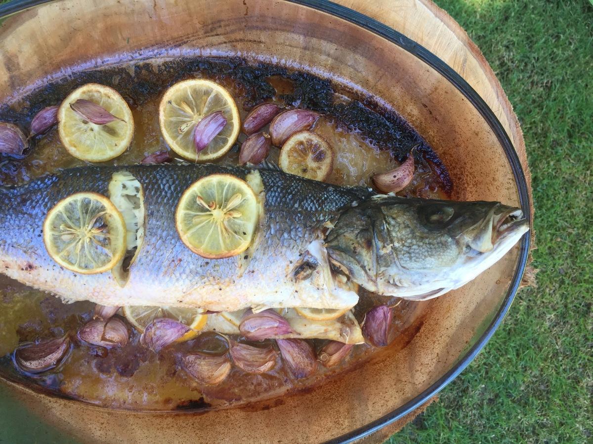 Lubina al horno con limón, ajo y vinoblanco